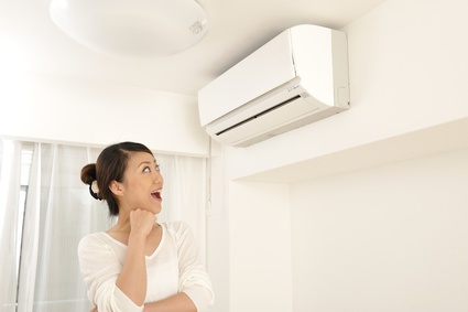 エアコンと照明のイメージ写真